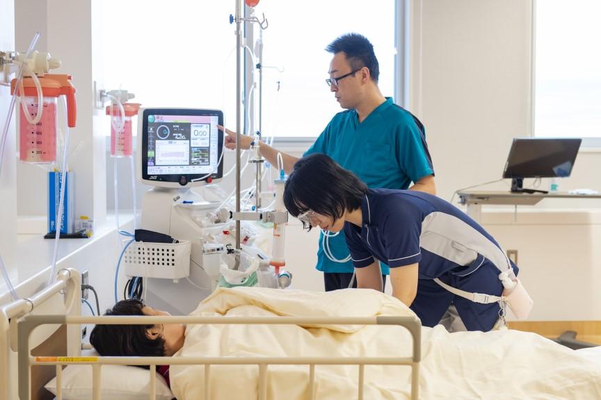 透析センター 看護師穿刺風景